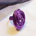 Alumínium gyűrű, Ékszer, óra, Gyűrű, Lila alumínium drótból készült a gyűrű, csavarással. A gyűrű átmérője 15,9 mm. , Meska