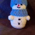 Hóemberke, Dekoráció, Karácsonyi, adventi apróságok, Ünnepi dekoráció, Karácsonyi dekoráció, Hímzés, Horgolás, Kedves arcú, pici hóemberke. A kis teste fehér fonálból lett horgolva, erre vannak ráhímezve a gomb..., Meska