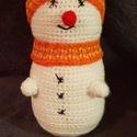 Felnőtt hóemberek, Dekoráció, Játék, Karácsonyi, adventi apróságok, Ünnepi dekoráció, Karácsonyi dekoráció, Horgolás, Kötés, Kedves arcú, nagy hóemberek. Testük fehér fonálból lett horgolva, erre vannak ráhímezve gombjaik, s..., Meska