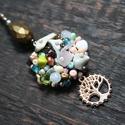Tavaszi rét ihlette hímzett gyöngy és kristály női nyaklánc, életfa medállal, Ékszer, Mindenmás, Nyaklánc, Tavaszi rét ihlette hímzett gyöngy és kristály női nyaklánc, életfa medállal  Egyedi, kézz..., Meska