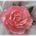 Piros rózsa kitűző, csipesz dekorgumi, Dekoráció, Esküvő, Dísz, Esküvői dekoráció, Mindenmás, Élethű rózsa kitűző krokodil csipeszen. Bármilyen alkalomra nagyon elegáns. Rózsa átmérője 11cm + l..., Meska