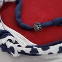 Kis kék szíves, Ékszer, Nyaklánc, Ékszerkészítés, Varrás, Az újrahasznosított 100%-os pamutból készült nyaklánc, kis kék-fehér díszgombbal csukódik. Hossza 4..., Meska