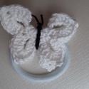 Hófehér horgolt pillangó hajgumi, Ékszer, Egy hófehér, horgolt pillangó hajgumira rögzítve. Csodás dísze a hajnak, főleg gyerekek szá..., Meska