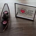 Love asztali kép / falikép, Otthon & lakás, Dekoráció, Kép, Ünnepi dekoráció, Szerelmeseknek, Lakberendezés, Falikép, Papírművészet, 21 cm x 16 cm-es műanyag képkeret, melyben két üveglap között, kézzel vágott papírkép van elhelyezv..., Meska