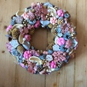 Rózsaszínű tavaszi ajtódísz, Dekoráció, Otthon, lakberendezés, Ünnepi dekoráció, Húsvéti apróságok, Ajtódísz, kopogtató, Virágkötés, Kellemes rózsaszín szinvilágban készített tavaszi ajtódísz, kopogtató. Szalma alapra különféle term..., Meska