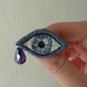 Kék szem I. - Hímzett bross, Ékszer, Bross, kitűző, Lenvászonra, kézzel hímeztem a mintát. Háta kék színű filc, amire kitűzőalapot erősítettem. A könnyc..., Meska