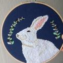 Nyuszi hímzett kép, Dekoráció, Kép, Kézzel hímzett nyuszi kép nem csak húsvétra. :)  Sötétkék filcre hímeztem, kb. 2 hét alatt készült e..., Meska