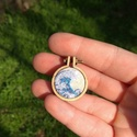 A nagy hullám - Hímzett medál, Ékszer, Nyaklánc, Medál, A nagy hullám Kanagavánál című japán fametszet inspirálta hímzett medált készítettem.  A medál telje..., Meska