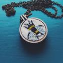 Méhecske - Hímzett medál, Ékszer, Nyaklánc, Medál, Méhecskét hímeztem és fa medálalapba tettem.  A medál teljes mérete 25 mm, a kép mérete 20 mm. A med..., Meska