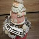 Télapós asztaldísz, Dekoráció, Karácsonyi, adventi apróságok, Ünnepi dekoráció, Karácsonyi dekoráció, Mindenmás, Az asztaldísz havas színben pompázik a sötét rózsaszín kaspóban.A halvány rózsaszín kerámia télapó ..., Meska