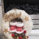 Csizmás ajtó dísz, Dekoráció, Karácsonyi, adventi apróságok, Ünnepi dekoráció, Karácsonyi dekoráció, Mindenmás, A készítésnél 25 cm-s szalma alapot vontam be kötött sállal.A piros csizmákhoz remekül társul az ar..., Meska