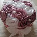 Selyemvirág doboz, Esküvő, Szerelmeseknek, Esküvői dekoráció, Nászajándék, Virágkötés, Fehér színű ,17 cm átmérőjű doboz mályva,fehé r színű rózsákkal.A doboz úgy van elkészítve,hogy leh..., Meska