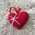 Szerelmes szivecske, Dekoráció, Szerelmeseknek, Húsvéti díszek, Ünnepi dekoráció, Varrás, Gyapjúfilcből készítettem ezt a Valentin szivecskét,amely ajándék kísérőnek is nagyon szép. Kézihím..., Meska
