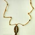 Makramé nyaklánc, Ékszer, óra, Nyaklánc, Csomózás, Gyöngyfűzés, Arany színű fonalból makramé technikával, gyöngy díszítéssel készült nyaklánc. Teljes hossza: 68 + ..., Meska