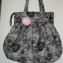 Szürke-fekete  virágos, nagy  válltáska,kitűzővel, Táska, Válltáska, oldaltáska, Varrás, Mindenmás, Virágmintás szövetből készítettem ezt a táskát. Szatén szalag és egy rózsaszín,olvasztásos techniká..., Meska