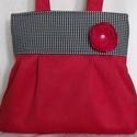 Piros táska pepita betéttel -választható kitűzővel, Táska, Válltáska, oldaltáska, Piros velúr szövetből készítettem ezt a táskát. A felső részre fekete-fehér pepita kockás,(tyúkláb m..., Meska