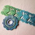 Horgolt színátmenetes karkötő-medál szett, Ékszer, Ékszerszett, Kék zöld színátmenetes fonalból készült szett. A karkötő szélessége 6 cm, hossza 18 cm. A medál 7 cm..., Meska