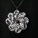 Horgolt virág  nyaklánc, Ékszer, Nyaklánc, Cirmos fonalból horgolt 9 cm-es átmérőjű virág láncra akasztva. A lánc hossza 45 cm.  Szemé..., Meska