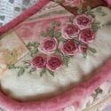 Rózsás neszeszer, Táska, Pénztárca, tok, tárca, Mobiltok, Varrás, Patchwork, foltvarrás, Gyönyörű pamut textilekből készült neszeszert  különleges kézi hímzéssel díszítettem. A cipzárra gy..., Meska