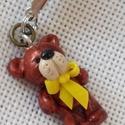 Cuki maci mobildísz vagy kulcstartó dísz, Ékszer, Mobilékszer, Gyurma, Fimó effect gyurmából készítettem ezt az apró maci figurát. Mindössze 28 mm-es. Kicsi sárga masniva..., Meska