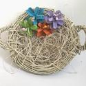 Tavaszi kosárka -egyedi - tobozok - színes virágok -természetes - húsvét -dekoráció - tavasz - natúr -kézzel készül, Dekoráció, Húsvéti díszek, Egyetlen darab készült ebből a kis tavaszi kosárkából, anyagát tekintve vessző és háncs, a dekoráció..., Meska