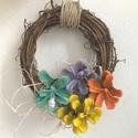 Tavaszi mini ajtódísz -beltérre - kültérre egyaránt - húsvéti hangulat - színes virágok -természetes anyagok - ajándék  , Dekoráció, Húsvéti díszek, Egyetlen darab készült ebből a kis tavaszi koszorúból, anyagát tekintve vessző , a dekoráció pedig k..., Meska