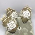 Húsvéti tojás klasszikus 3 db-os - természetes anyagokból - ünnepi dekoráció - kézzel készült - függeszthető dísz, Húsvéti díszek, Dekoráció, Ünnepi dekoráció, Normál méretű tojás, természetes anyagokkal és antik csipkével dekorálva.  Az ár 3 db-ra vonatkozik...., Meska