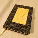 A/6-os Fekete-sárga mintás zsebes notesz (8), Naptár, képeslap, album, Jegyzetfüzet, napló, Méretek: 10 x 14 cm, 200 oldalas, halványsárga vonalazott lapokkal. Kézzel fűzött, zsebbel ellátott ..., Meska