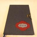 A/5 Határidő napló, Kék pöttyös, kampós (23), Naptár, képeslap, album, Naptár, Jegyzetfüzet, napló, Mérete: 14 x 20 cm Halványkék lapokkal.Kézzel írott és kötött egyedi darab, hetes beosztású határidő..., Meska