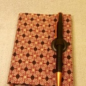 A/6 retrómintás, tollas notesz (46), Naptár, képeslap, album, Jegyzetfüzet, napló, Mérete 10 x 14 cm  200 oldal lazacszín üres lapokkal.  A toll kihúzásával nyílik a könyv, így az már..., Meska