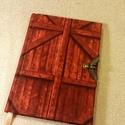 A6-os, vörös gamós, pajtaajtós :) (48), Naptár, képeslap, album, Képeslap, levélpapír, Mérete 10x14 cm,  200 oldal lazacszínű üres lapokkal. Kampóval nyílik a könyv, visszazárva v..., Meska