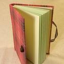 A6 piros kockás notesz (49), Naptár, képeslap, album, Jegyzetfüzet, napló, Mérete 10x14 cm,  200 oldal halványzöld üres lapokkal. Kampóval nyílik a könyv, visszazárva viszont ..., Meska