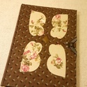 A/5 Barna- rózsás berakásos kampós napló (36), Naptár, képeslap, album, Jegyzetfüzet, napló, Mérete: 14 x 20 cm 240 oldalas, halvány vajsárga üres lapokkal. Kézzel fűzött és kötött könyv, melyn..., Meska