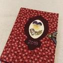 A/6 bordó, virágos határidőnapló, Naptár, képeslap, album, Jegyzetfüzet, napló, Naptár, Mérete: 10 x 14 cm, halványsárga színű lapokkal. Hetes beosztású, egyedi tervezésű, kézzel..., Meska