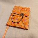 Narancssárga szívecskés, gombos- zsebes notesz, Naptár, képeslap, album, Jegyzetfüzet, napló, Mérete: 10 x 14 cm, 200 oldal. Fagombbal, kézzel fűzött, barackvirág színű lapokkal. A kinyit..., Meska