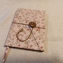 Rózsaszín rózsás gombos-zsebes notesz, Naptár, képeslap, album, Jegyzetfüzet, napló, Mérete: 10 x 14 cm, 200 oldal. Fagombbal, kézzel fűzött, halvány krémszínű lapokkal. A kinyi..., Meska