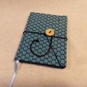 Kék virágos, gombos-zsebes notesz, Naptár, képeslap, album, Jegyzetfüzet, napló, Mérete: 10 x 14 cm, 200 oldal. Saját készítésű  fagombbal, kézzel fűzött, halvány vajsárg..., Meska