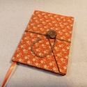 Narancssárga virágos, gombos-zsebes notesz, Naptár, képeslap, album, Jegyzetfüzet, napló, Mérete: 10 x 14 cm, 200 oldal.  Fagombbal, kézzel fűzött, halvány vajsárga és krémszínű la..., Meska