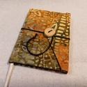 Okker mintás, gombos-zsebes notesz, Naptár, képeslap, album, Jegyzetfüzet, napló, Mérete: 10 x 14 cm, 200 oldal. Saját készítésű fagombbal, kézzel fűzött, halványzöld szí..., Meska
