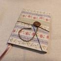 Csíkos rózsás, gombos zsebes notesz, Naptár, képeslap, album, Jegyzetfüzet, napló, Mérete: 10 x 14 cm, 200 oldal.  Fagombbal, kézzel fűzött, halvány rózsaszínes lapokkal. A kin..., Meska