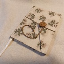 Nagy rózsás, gombos- zsebes notesz, Naptár, képeslap, album, Jegyzetfüzet, napló, Mérete: 10 x 14 cm, 200 oldal. Saját készítésű  fagombbal, kézzel fűzött, halvány vajsárg..., Meska