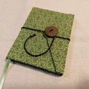 Zöld szíves, gombos- zsebes notesz, Naptár, képeslap, album, Jegyzetfüzet, napló, Mérete: 10 x 14 cm, 200 oldal. Saját készítésű  fagombbal, kézzel fűzött, halvány vajsárg..., Meska