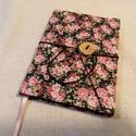 Nagy rózsás, gombos-zsebes notesz, Naptár, képeslap, album, Jegyzetfüzet, napló, Mérete: 10 x 14 cm, 200 oldal. Saját készítésű  fagombbal, kézzel fűzött, halvány rózsasz..., Meska