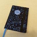 A/6 Indigó kék ,gumis határidő napló, Otthon & lakás, Naptár, képeslap, album, Naptár, Méretek: 10 x 14 cm, heti beosztású napló, halvány kék színű lapokkal. Kézzel írott, rajzolt belső o..., Meska