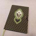 A/5 Zöld, virágberakásos határidő napló, Otthon & lakás, Naptár, képeslap, album, Naptár, Méretek: 14 x 20 cm, heti beosztású napló, halvány citromsárga színű lapokkal. Kézzel írott, rajzolt..., Meska