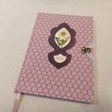 A/5 Rózsaszín, virágberakásos határidő napló, Otthon & lakás, Naptár, képeslap, album, Naptár, Méretek: 14 x 20 cm, heti beosztású napló, halvány vajsárga színű lapokkal. Kézzel írott, rajzolt be..., Meska