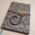 A/5 Téglás,  gombos-zsebes napló, Méretek: 14 x 20 cm, 240 oldal. Hagyományos kéz...
