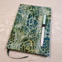 A/5 Zöld rózsás, batikolt, tollas napló, Méretek: 14 x 20 cm, 240 oldal. Halvány zöld sz...