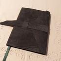 A/6 Grafitszürke velúr, vonalas, puhabőrös notesz, Méretek: 10x14 cm, 200 oldal.Halvány zöld szín...