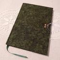 A/5 Sötétzöld leveles, ponthálós kampós napló, Méretek: 14 x 20 cm, 240 oldal. Halvány vajsárg...